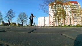 Junge lernt, ein Skateboard zu reiten stock video footage