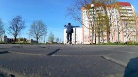 Junge lernt, ein Skateboard zu reiten stock footage