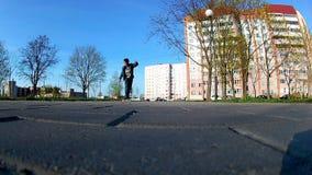 Junge lernt, ein Skateboard zu reiten stock video