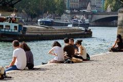 Junge Leute auf dem Damm des Flusses die Seine Lizenzfreie Stockbilder