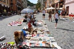 Junge Leute auf der Flohmarkt Stockbilder