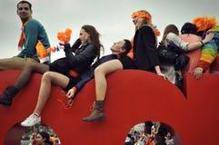 Junge Leute auf die Oberseite des Iamsterdam unterzeichnen herein Amsterdam Stockfotos