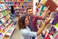 Junge Leute am Buchladen Stockbild