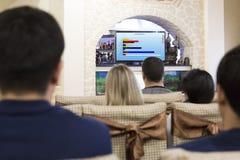 Junge Leute an der Darstellung des Networkmarketings stockfotografie