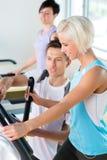 Junge Leute der Eignung auf Herz Training der Tretmühle Stockfotos
