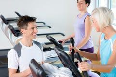 Junge Leute der Eignung auf Herz Training der Tretmühle Lizenzfreies Stockfoto