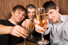 Junge Leute an der Gaststätte Stockbilder