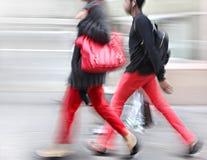 Junge Leute an der Hauptverkehrszeit gehend in die Straße Lizenzfreies Stockfoto