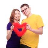Junge Leute in der Liebe, die Herz hält Stockbilder