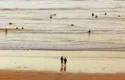 Junge Leute, die Abend am Strand verbringen Stockfotos