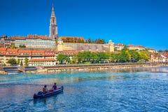 Junge Leute, die auf Aare-Fluss im Bern-Stadtzentrum Kayak fahren Lizenzfreies Stockfoto