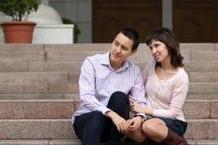 Junge Leute, die auf den Schritten sitzen Lizenzfreie Stockbilder