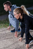 Junge Leute, die das Laufen beginnen Lizenzfreies Stockbild
