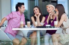 Junge Leute, die das Mittagessen genießen Lizenzfreie Stockfotos
