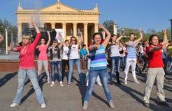 Junge Leute, die in das Quadrat außerhalb des Theaters tanzen Redaktionelles Bild Stockbild