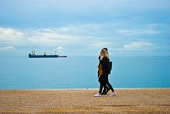 Junge Leute, die das Wochenende genießen und am Straßenhintergrund Küste Leof Nikis in Saloniki Griechenland im März 2018 gehen stockfoto