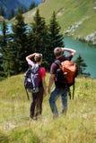 Junge Leute, die in den Bergen wandern Stockbilder