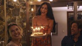 Junge Leute, die den Geburtstag des Freunds feiern stock video footage