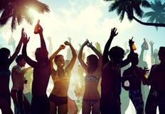 Junge Leute, die durch den Strand feiern Lizenzfreie Stockfotos