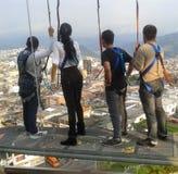 Junge Leute, die ein Geschirr in einem Standpunkt einer Stadt, touristischer Ausblick tragen lizenzfreies stockbild