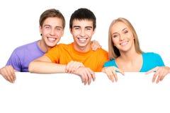 Junge Leute, die ein leeres weißes Kartenbrett halten Stockfotos