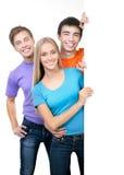 Junge Leute, die ein leeres weißes Kartenbrett halten Stockbild