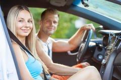 Junge Leute, die ein roadtrip im Auto genießen lizenzfreie stockfotos