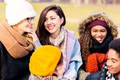 Junge Leute, die eine gute Zeit zusammen draußen haben Stockbild