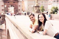 Junge Leute, die einen guten Tag heraus in der Stadt haben Stockfotos