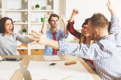 Junge Leute, die Erfolg feiern lizenzfreie stockfotos