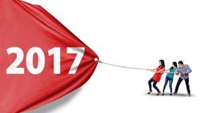 Junge Leute, die Fahne mit 2017 ziehen Lizenzfreies Stockbild