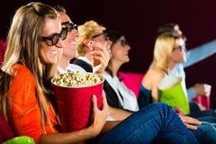 Junge Leute, die Film 3d am Kino überwachen Lizenzfreie Stockfotografie
