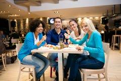 Junge Leute, die im Restaurant zu Mittag essen stockbilder