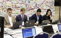 Junge Leute, die leidenschaftlich an einem Computer arbeiten Lizenzfreie Stockfotos