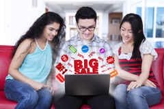 Junge Leute, die on-line-Rabatte suchen Lizenzfreies Stockfoto