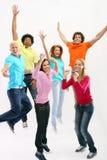 Junge Leute, die mit Freude springen Stockbild