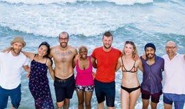Junge Leute, die nahes Seekonzept stehen Lizenzfreie Stockbilder