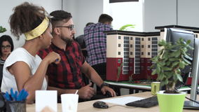 Junge Leute, die Neubau modellieren stock video footage