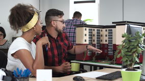 Junge Leute, die neues Architekturprojekt besprechen stock video footage