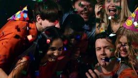 Junge Leute, die selfie an der Partei nehmen: glückliche Freunde stock footage