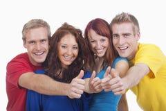 Junge Leute, die sich Daumen zeigen Lizenzfreie Stockfotografie