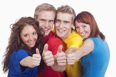 Junge Leute, die sich Daumen zeigen Lizenzfreies Stockfoto