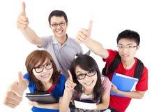 Junge Leute, die sich Daumen zeigen Lizenzfreie Stockbilder