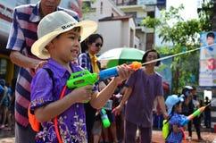 Junge Leute, die Songkran (thailändisches, feiern Festival des neuen Jahres/Wasser) Lizenzfreies Stockfoto