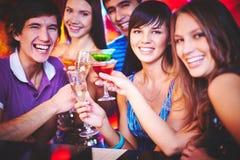 Junge Leute, die Spaß haben Lizenzfreie Stockfotografie