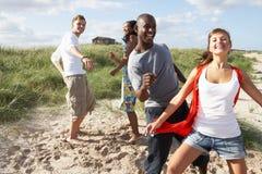 Junge Leute, die Spaß-Tanzen auf Strand haben Stockfotografie