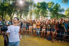 Junge Leute, die Spaß zusammen am Holi-Farbfestival im Park haben Lizenzfreie Stockfotos
