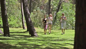 Junge Leute, die Sportlauf tun stock footage