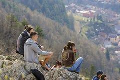 Junge Leute, die Stadtpanorama genießen Lizenzfreies Stockbild