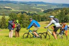 Das Leutewandern, reiten fährt am Frühjahrwochenende rad Stockbilder